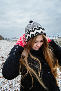 Sweden, Gotland, Blonde young woman with long hair in woolly hatの写真素材 [FYI02204346]