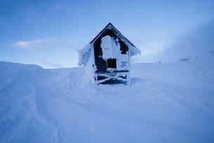 Sweden, Jamtland, Are, Areskutan, Small hut in snowの写真素材 [FYI02204352]