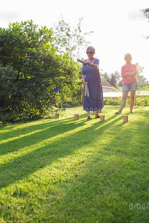 Sweden, Smaland, Anderstorp, Women playing kubb in gardenの写真素材 [FYI02204356]