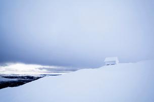 Sweden, Jamtland, Are, Areskutan, Small hut in snowの写真素材 [FYI02204361]