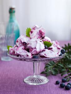 Sweden, Bilberry meringue on cakestandの写真素材 [FYI02204401]