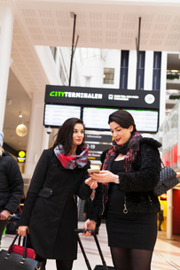 Sweden, Two women at railroad stationの写真素材 [FYI02204402]