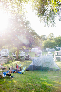 Sweden, The West Coast, Bohuslan, Marstrand, Koon, Family with kids (2-3, 4-5, 6-7) camping in campsの写真素材 [FYI02204470]