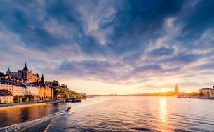Sweden, Stockholm, Sodermalm, Sodermalarstrand, Waterfront at sunsetの写真素材 [FYI02204473]