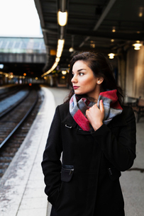Sweden, Stockholm, Portrait of young woman on railroad stationの写真素材 [FYI02204479]
