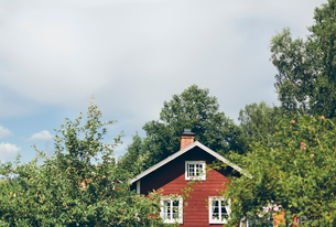 Sweden, Smaland, Mortfors, Farbo, Red house on sunny dayの写真素材 [FYI02204482]