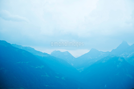 Austria, Majestic mountain range in fogの写真素材 [FYI02204502]