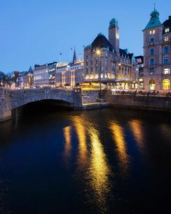 Sweden, Skane, Malmo, Arch bridge over river at duskの写真素材 [FYI02204539]
