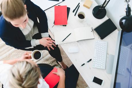 Finland, Women talking in officeの写真素材 [FYI02204595]