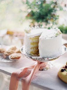 Italy, White cake on cake standの写真素材 [FYI02204599]
