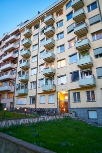 Sweden, Uppland, Stockholm, Ostermalm, Residential building at duskの写真素材 [FYI02204621]