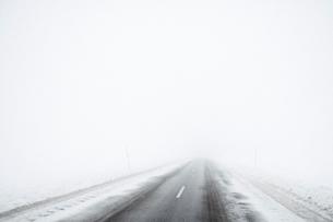Sweden, Gotland, Road in snowの写真素材 [FYI02204643]