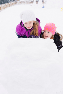 Sweden, Vastmanland, Portrait of girls (6-7, 10-11) playing in snowの写真素材 [FYI02204671]