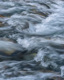 Sweden, Water flowing in streamの写真素材 [FYI02204685]