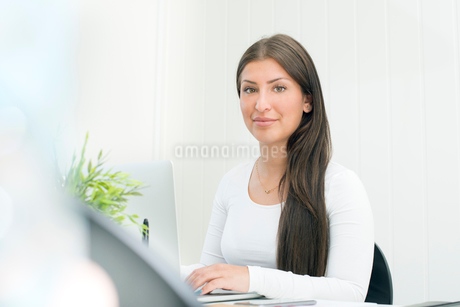 Sweden, Portrait of young woman working on laptopの写真素材 [FYI02204720]