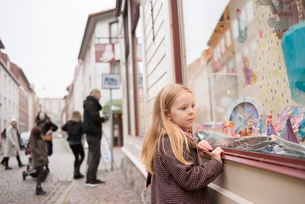 Sweden, Vastergotland, Gothenburg, Girl (4-5) looking at store window, parents and sisters (10-11, 1の写真素材 [FYI02204741]