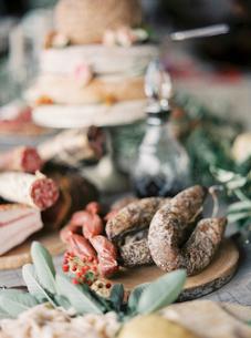 Italy, Italian meat on cutting boardの写真素材 [FYI02204745]