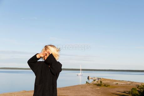 Sweden, Gotland, Bungenas, Blonde boy (2-3) on beachの写真素材 [FYI02204750]