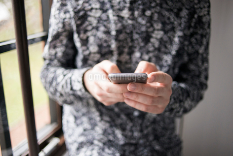 Sweden, Close-up of man using mobile phoneの写真素材 [FYI02204754]
