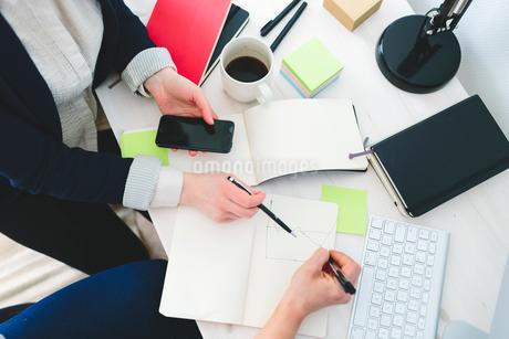 Finland, Women working in officeの写真素材 [FYI02204755]