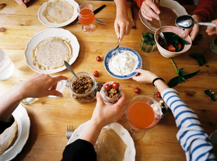 Sweden, People eating breakfast at tableの写真素材 [FYI02204795]