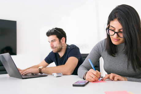 Israel, Two young people working in officeの写真素材 [FYI02204875]