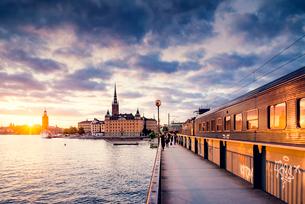 Sweden, Stockholm, Riddarholmen, Waterfront at sunsetの写真素材 [FYI02204925]