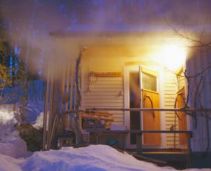 Finland, Palkane, Steam flowing out of ajar door of Finnish sauna buildingの写真素材 [FYI02204936]
