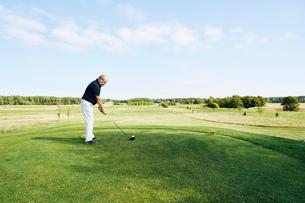 Sweden, Sodermanland, Haninge, Vasterhaninge, Senior man playing golfの写真素材 [FYI02204946]