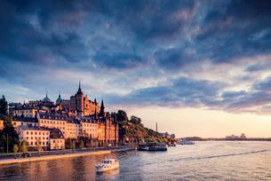 Sweden, Stockholm, Sodermalm, Sodermalarstrand, Waterfront at sunsetの写真素材 [FYI02204965]