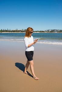 Australia, Queensland, Sunshine Coast, Maroochydore, Pincushion Island, Mid adult woman walking on bの写真素材 [FYI02204972]