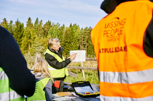 Sweden, Uppland, Rison, Volunteers helping emergency services find missing peopleの写真素材 [FYI02204983]