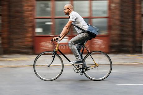 Germany, Berlin, Man cyclingの写真素材 [FYI02205006]