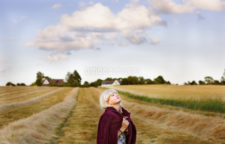 Denmark, Mon, Girl (14-15) with eyes closed in non urban settingの写真素材 [FYI02205048]