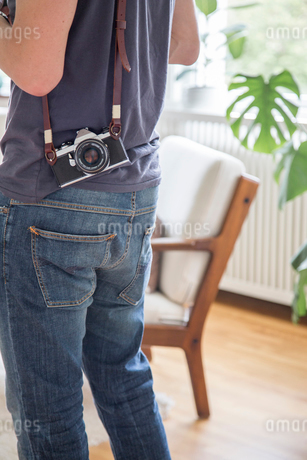 Sweden, Mid section view of mature man with photo cameraの写真素材 [FYI02205049]