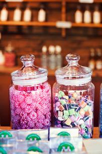 Sweden, Uppland, Candies in glass jarsの写真素材 [FYI02205051]