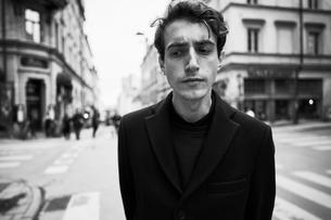 Sweden, Stockholm, Sodermanland, Sodermalm, Gotgatan, Young man wearing black jacket in streetの写真素材 [FYI02205064]