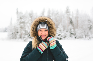 Finland, Jyvaskyla, Saakoski, Portrait of young woman in winter coatの写真素材 [FYI02205076]