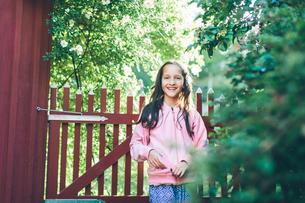 Sweden, Smaland, Mortfors, Portrait of smiling girl (10-11) in rural settingの写真素材 [FYI02205080]