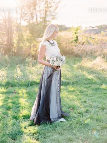 Sweden, Full length portrait of bride holding bouquetの写真素材 [FYI02205110]