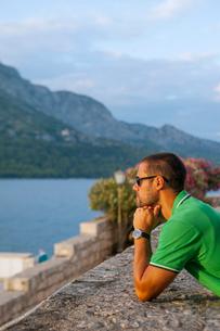 Croatia, Korcula, Man looking at sea view from promenadeの写真素材 [FYI02205115]