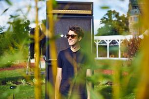 Sweden, Uppland, Smiling man in ornamental gardenの写真素材 [FYI02205121]