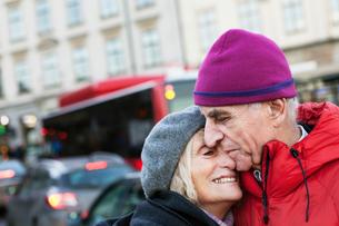 Sweden, Stockholm, Sodermalm, Senior couple hugging in streetの写真素材 [FYI02205129]