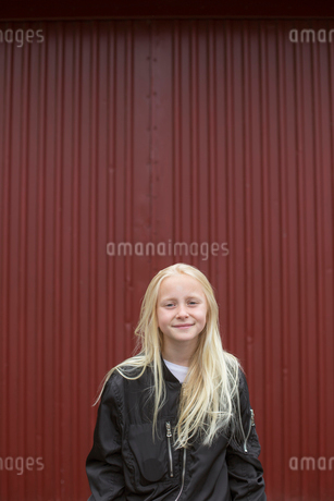 Sweden, Portrait of smiling girl (12-13)の写真素材 [FYI02205131]