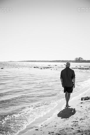 Sweden, Gotland, Mature man walking along seashoreの写真素材 [FYI02205148]