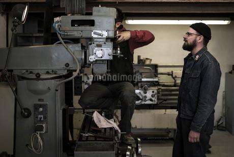 France, Men working in metal workshopの写真素材 [FYI02205154]