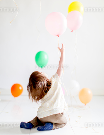 Sweden, Girl (2-3) playing with balloonsの写真素材 [FYI02205220]
