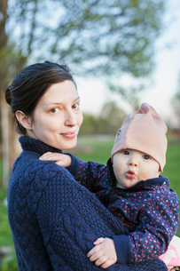 Sweden, Smaland, Mother holding son (6-11 months)の写真素材 [FYI02205236]