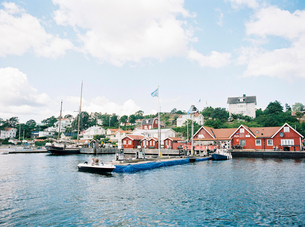 Sweden, Stockholm Archipelago, Haninge, Dalaro Skans, Boats moored at docksの写真素材 [FYI02205259]