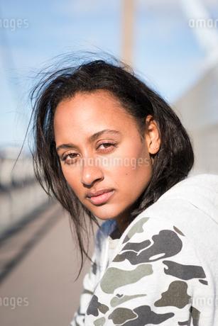 Sweden, Vastergotland, Gothenburg, Portrait of young womanの写真素材 [FYI02205267]